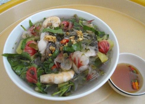 Canh chua cá lóc nấu trái giấm có vị chua thanh ngon miệng. Ảnh: T.L.